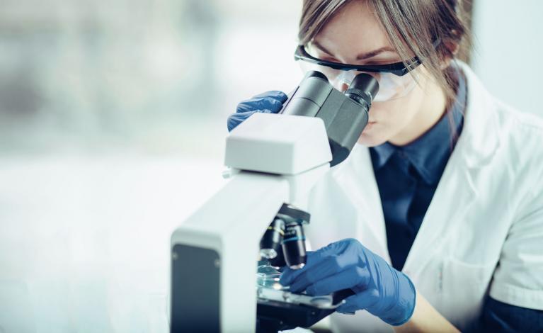 Ärztin untersucht im Labor Gewebe