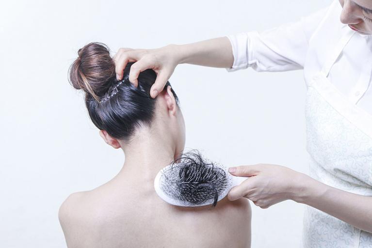 Frau kämmt Frau die Haare