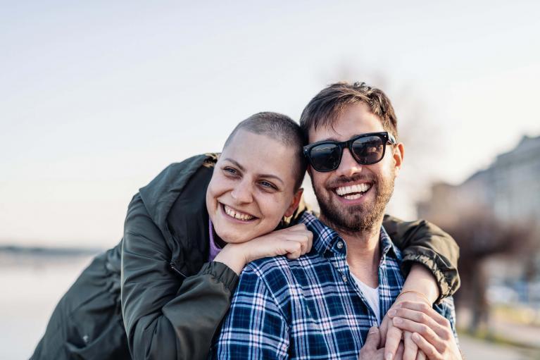 Junge Krebspatientin mit ihrem Partner