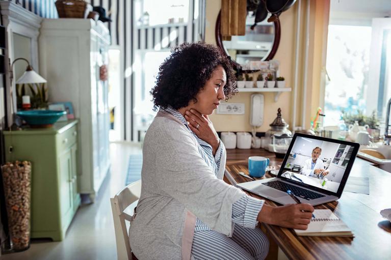 Frau im Beratungsgespräch mit einem Arzt am Laptop