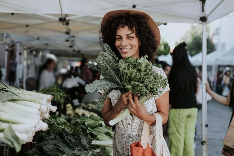 Frau kauft gesunde Lebensmittel auf dem Markt ein